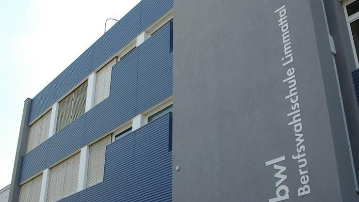 Gebäude der bwl, Berufswahlschule Limmattal, in Dietikon.