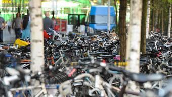 Vor dem Elsässertor beim Bahnhof SBB sind zu jeder Zeit viele Velos geparkt. Das Chaos ist keine gute Werbung für den Umstieg aufs Velo.