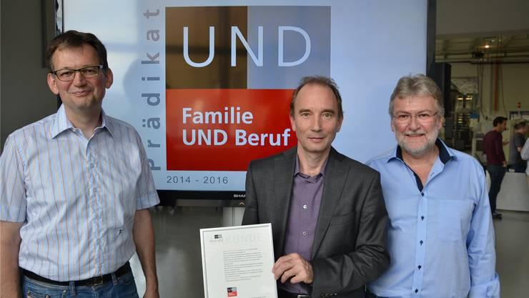 Von links: Marcel Werder, Daniel Huber und Claude Werder bei der Übergabe der Prädikatsurkunde.