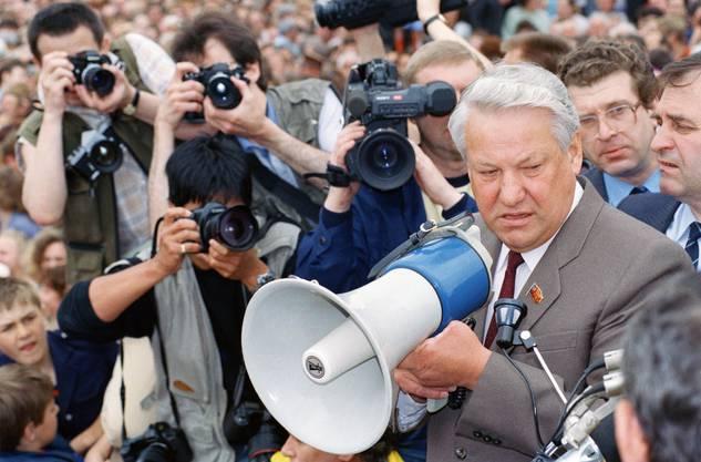 Jelzin spricht am Lenin-Platz in Tula zu 12'000 Anhängern.