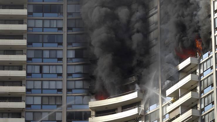Rauch steigt aus dem Hochhaus auf - mittlerweile konnte der Brand unter Kontrolle gebracht werden.