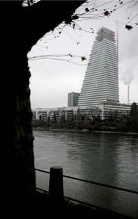 Der Roche-Turm von der Grossbasler Rheinseite aus gesehen.