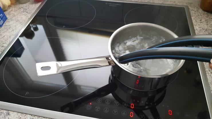 Die Schlauchenden kurz in kochendes Wasser tauchen, bevor Sie das Verbindungsstück anbringen. Alternativ geht auch ein Stück Holz mit zwei Schrauben.