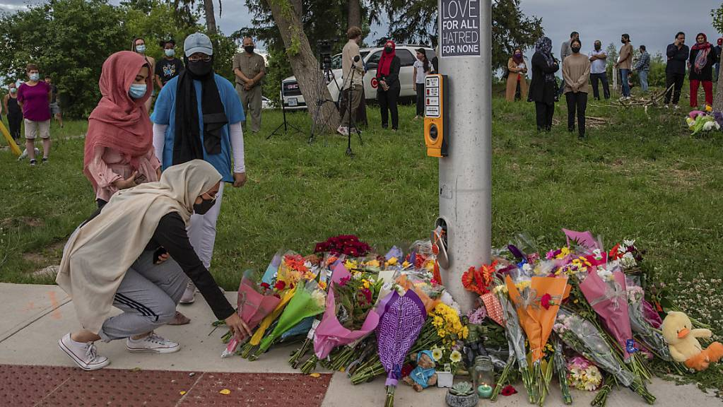 Trauernde legen Blumen an der Stelle ab, wo eine fünfköpfige Familie von einem Autofahrer angefahren wurde, in London, Ontario.