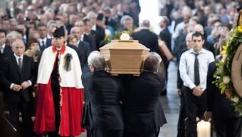 Der Sarg mit Regierungsrat Jean-Claude Mermoud wird aus der Kathedrale von Lausanne getragen