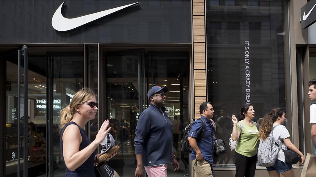 Der Sportartikelhersteller Nike hat nach den Pandemie-bedingten Ladenschliessungen bereits zahlreiche Filialen rund um den Globus wiedereröffnet. (Archivbild)
