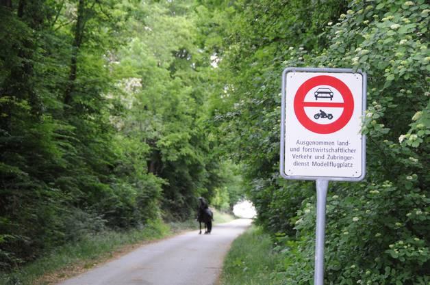 Die Hardstrasse führt nach Ende des Waldstücks zu Landwirtschaftsland mit Feldwegen. Von dort kann man durch Koblenz fahren und den Grenzübergang von der anderen Seite ansteuern.