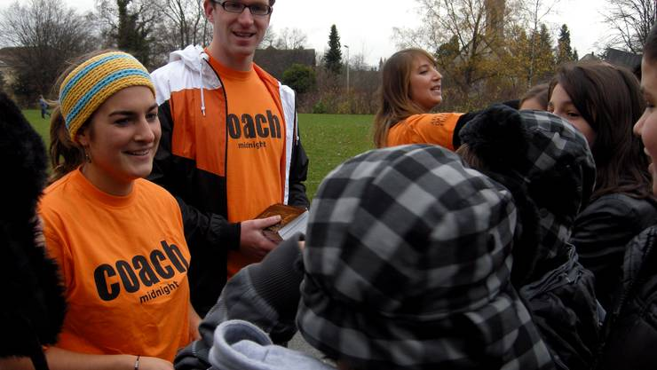 Salomé Schneider, Leiter Michel Mayer und Johanna Fritz verteilen in den Grenchner Schulen Flyer für «Midnight» Grenchen. (Foto: Patrick Furrer)