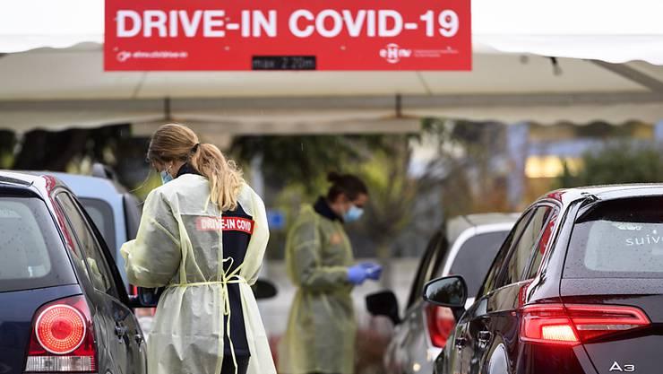 Bereits in mehreren Schweizer Städten gibt es Corona-Test Drive-ins.