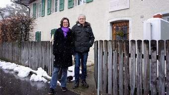 Anita Panzer und Theo Schnider stehen vor dem neu als schützenswerte Baute eingestuften Wohnhaus des Kunstmalers Frank Buchser (1828–1890).