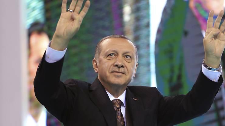 Das türkische Parlament hat einer umstrittenen Gesetzesänderung über Wahlbündnisse zugestimmt. Damit ist Präsident Erdogan der Einführung eines Präsidialsystems einen Schritt näher. (Archivbild)