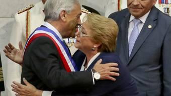 Der konservative Politiker und Unternehmer Sebastián Piñera (links) hat in Chile die Präsidentschaft von der Sozialistin Michelle Bachelet (Mitte) übernommen.