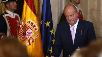 König Juan Carlos unterschreibt das Abdankungsgesetz