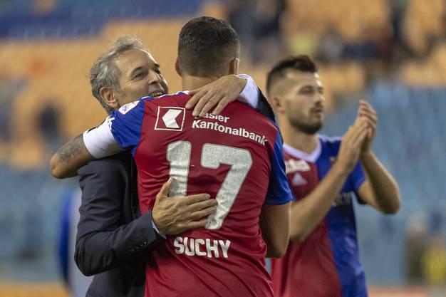 Gelungene internationale Premiere auch für Marcel Koller (l.) Hier beglückwünscht er Captain Marek Suchy. Im Hintergrund freut sich Albian Ajeti.