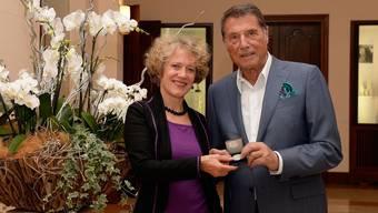 Corine Mauch, Stadtpräsidentin der Stadt Zürich, übergibt die Ehrenmedaille an Udo Jürgens.