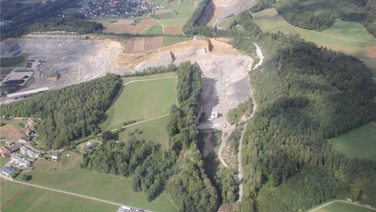 Die Jura Cement möchte den Steinbruch bei der Steinbitz (grüne Fläche in der Mitte, im Hintergrund Auenstein) erweitern. Dagegen regt sich vor allem im Veltheimer Ortsteil Au (vorne links) Widerstand.