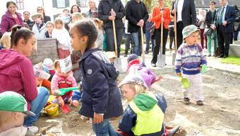 Kita-Kinder zeigen Stefan Wehrle, Beat Breitenfeld, Gabriella Matefi und Uli Hammler (v.l.), wie richtig geschaufelt und geschuftet wird.