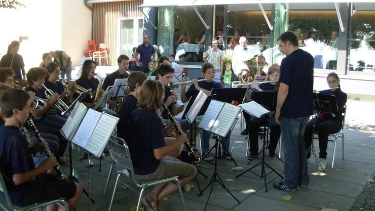 Die Jugendmusik Allegro Region Baden versüsst den Gästen im Gartenrestaurant Baldegg, Baden den Sonntagskaffee mit unterhaltsamen Melodien