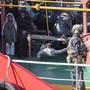"""Sicherheitskräfte an Bord der """"El Hiblu 1"""": Migranten hatten das Handelsschiff nach Malta umgeleitet. Nun stehen drei von ihnen vor Gericht. (Archivbild)"""