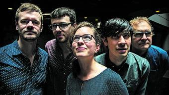 Mareike Wiening steht im Zentrum ihrer Band.