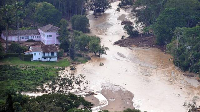 Unter den Erdmassen in Brasilien werden noch hunderte Menschen vermutet