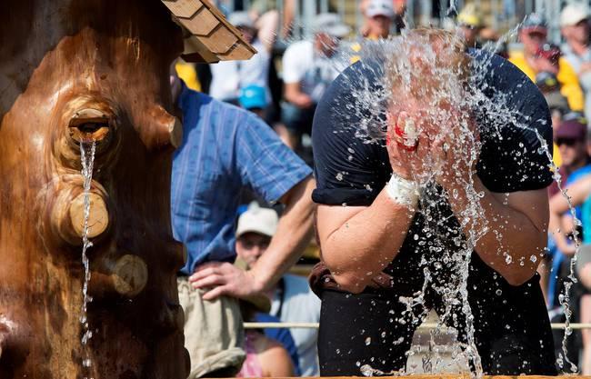 Ein Schwinger waescht sich das Gesicht am Eidgenoessischen Schwing- und Aelplerfest, am Samstag, 31. August 2013, in Burgdorf. (KEYSTONE/Urs Flueeler)