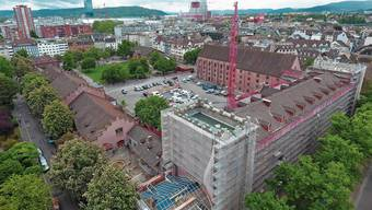 Die künftige Plaza ist als öffentlicher Raum vorgesehen. Rechts wird ein Durchgang für Fussgänger zum Rheinbord geschaffen. Die Sanierung hat auch zum Ziel, die Räume besser zu nutzen. Das Kasernen-Ensemble bildet einen Riegel zum Rheinufer. Das soll sich ändern.
