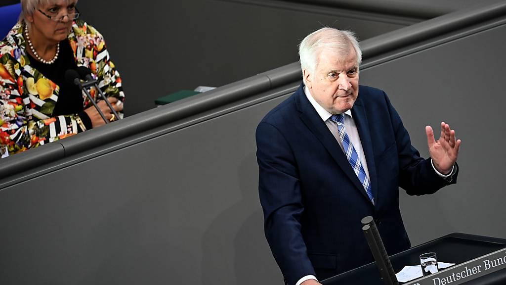 Horst Seehofer (CSU), Bundesminister für Inneres, Heimat und Bau, spricht im Bundestag. Debattiert wird über die Konsequenzen aus dem Brand in Moria. Foto: Britta Pedersen/dpa-Zentralbild/dpa