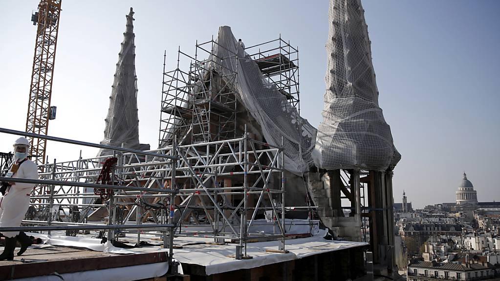 ARCHIV - Nach mehr als zweijährigen Sicherungs- und Reinigungsarbeiten sollen nun die Ausschreibungen für die Sanierung von Notre-Dame beginnen. Foto: Benoit Tessier/Pool Reuters/AP/dpa
