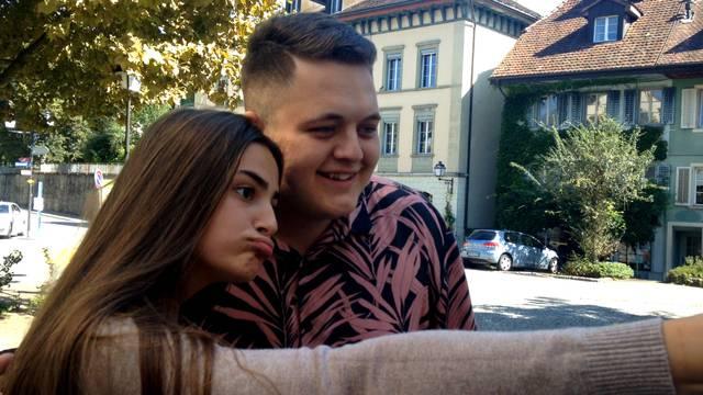 Sie sind extra fürs Selfie mit dem Facebook-Star gekommen: Bendrit wird in Lenzburg von Fans belagert.