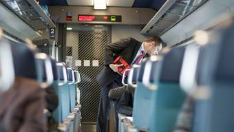 Ein Kondukteur in einem SBB-Zug (Archiv)
