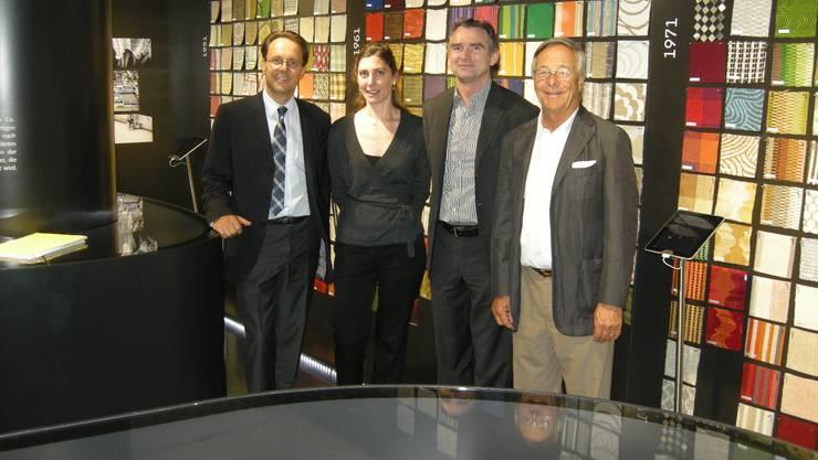 Philippe (links) und Jörg (rechts) Baumann zusammen mit Barbara Pulli und Benjamin Thut im neuen Ausstellungsraum, der zum 125-Jahr-Jubiläum von Création Baumann geschaffen wurde. Urs Byland.