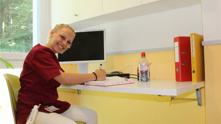 Aleksandra Jakovljevic, in Ausbildung zur Assistentin Gesundheit, in einer der neuen Ausbildungsnischen.
