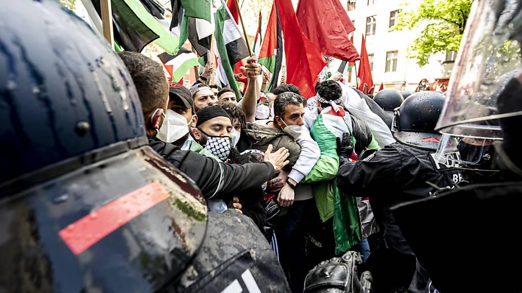 Die Polizei drängt Teilnehmer verschiedener palästinensischer Gruppen bei einer Demonstration in Berlin-Neukölln ab. Foto: Fabian Sommer/dpa