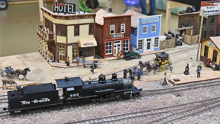 Amerikanische Eisenbahnromantik: Szene einer Anlage des Gastvereins Amors mit der Schmalspurweite H0n3.