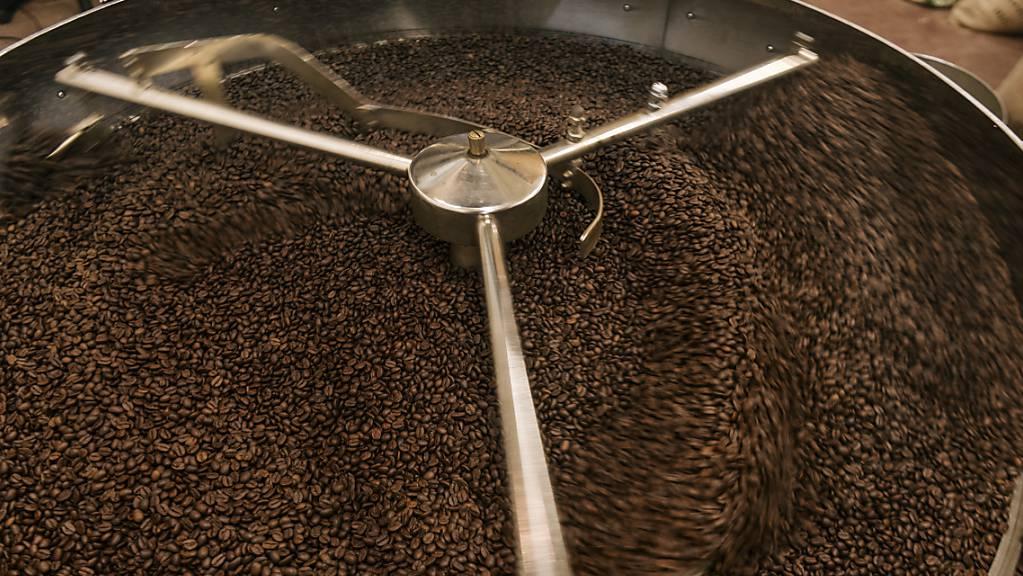 Eine Mitarbeiterin einer Kaffeerösterei in St.Gallen fiel wegen Sauerstoffmangels in Ohnmacht. Fünf Personen wurden zur Kontrolle ins Spital gebracht. (Symbolbild)