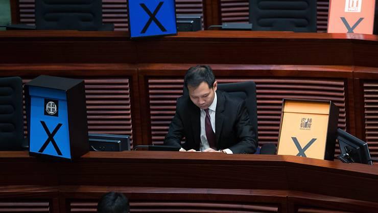 Abgeordnete im Parlament von Hongkong. Während der Debatte zur umstrittenen Wahlreform stellten die Gegner des Gesetzesvorhaben farbige Kreuze in den Rängen des Parlaments auf, als Zeichen ihrer Ablehnung.