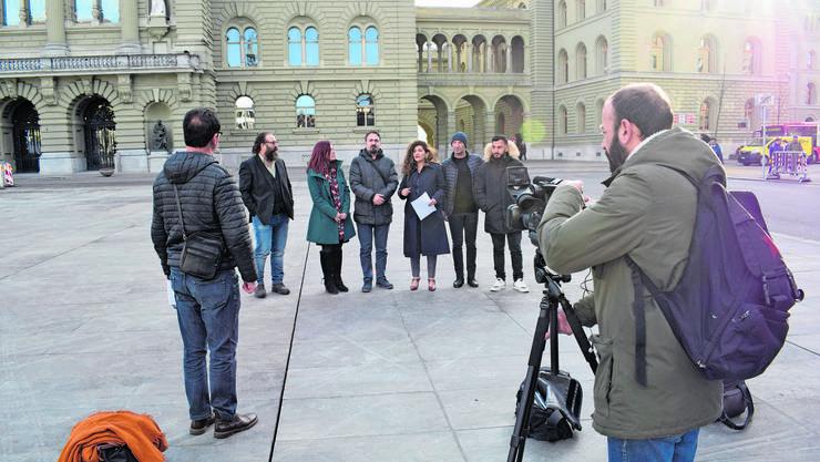 Sibel Arslan (Mitte) spricht auf dem Bundesplatz.