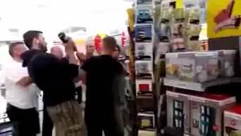 Dieses Video, das die Szene im Supermarkt zeigt, sorgt im Internet für Furore.