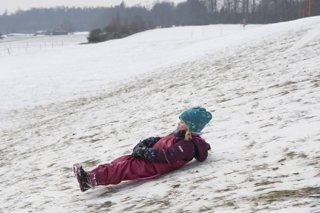Leanne (4) fährt auch gerne alleine den Hügel runter.