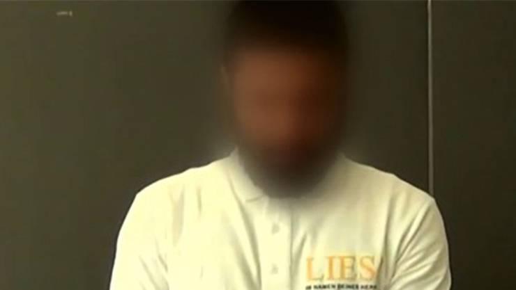 Ali J. hat in der Schweiz keine Straftat begangen. Die Behörden gehen davon aus, er habe sich zu Zeiten des Islamischen Staates im syrisch-irakischen Kriegsgebiet aufgehalten und dort Kontakte zu Terroristen geknüpft. Zurück in der Schweiz verlor er seinen Flüchtlingsstatus und wurde in Ausschaffungshaft gesteckt. In Basel hatte er zwei Semester Pharmazie studiert, weshalb er den Übernamen «der Apotheker» erhielt. Bekannt wurde er als Aktivist der Koranverteilaktion «Lies» und in der Schule als Handschlagverweigerer gegenüber zwei Lehrerinnen. Er kann nicht ausgeschafft werden, weil er gemäss Gericht durch die Medienberichte auch im Irak bekannt geworden sei. Deshalb drohe im dort Gefahr. Gleichzeitig gilt er als Gefahr für die Schweiz.