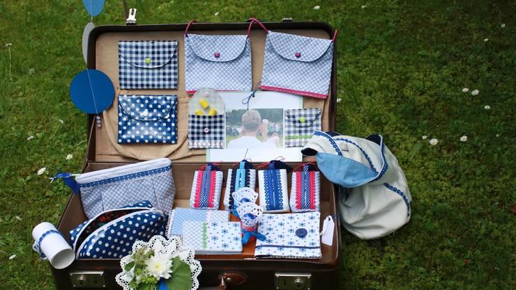 Täglich füllt sich Monika Fischers Koffer mit neuen Jugendfestaccessoires, die sie am Koffermarkt anbietet.