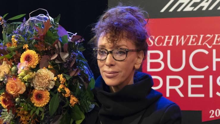 Die gebürtige Deutsche und in der Schweiz lebende Autorin Sibylle Berg wird für ihre «eispickelharte Gesellschaftskiritk «GRM. Brainfuck.» mit dem Schweizer Buchpreis 2019 geehrt.