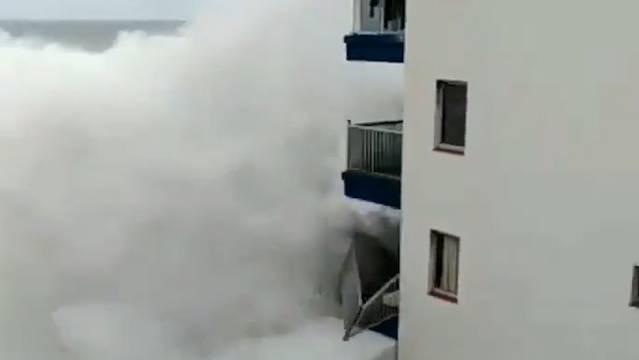 Auf Teneriffa wütete am Wochenende ein heftiger Sturm. Dieser erzeugte eine Riesenwelle, die mehrere Balkone eines Blocks zerstörte.