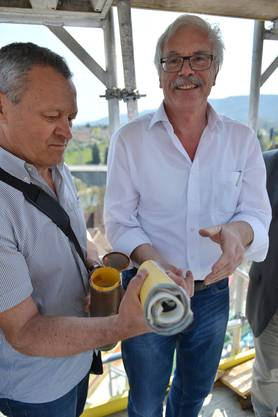 Projektleiter Ernst Schwarz links und Architekt Castor Huser mit Dokuemten
