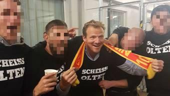Klare Aussage: Der neue Kloten-Trainer Kevin Schläpfer zeigt sich beim Cupspiel Olten-Biel mit einigen Bieler Fans unvorteilhaft.