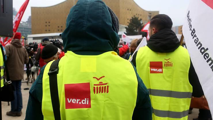 Gewerkschafter demonstrieren für höhere Löhne vor den Tarifverhandlungen in Berlin. (Archivbild)