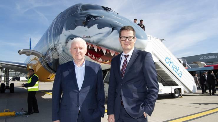 Im Angriffsmodus: Martin Ebner und Tobias Pogorevc (links), CEO von Helvetic Airways, im Juli an der Aviatikmesse im englischen Farnborough vor dem Embraer-Typ 190-E2. Für die Schweizer Airline ist der Kauf von bis zu 24 Maschinen dieses Typs ein neuer Meilenstein.