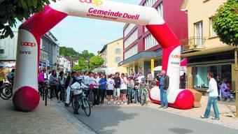 Jung und Alt hat in Lengnau die Herausforderung von Gemeindepräsident Max Wolf (rechts) angenommen, sich etwas Gutes zu tun und den Wanderpokal zu erobern