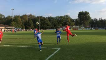 Eine der wenigen Offensivaktionen im zweiten Durchgang: Dietikons Edmir Asani köpft diesen Ball neben das Tor.